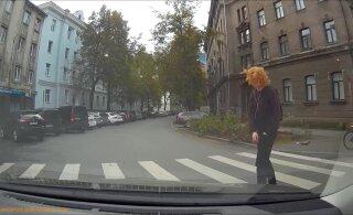 ВИДЕО | Парень в наушниках чуть не попал под колеса. Он переходил дорогу на красный