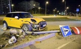 ФОТО: Mini Cooper ищет хозяина! В Ласнамяэ водитель сбил столб и бросил автомобиль