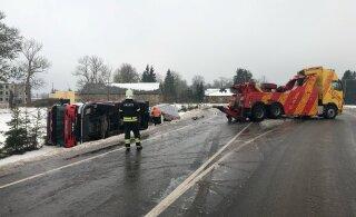 ФОТО | В Пылтсамаа вылетел в кювет и упал на бок автомобиль спасателей. Они ехали устранять последствия другого ДТП