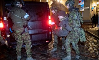 FOTOD | Relvastatud kaitseliitlased ja politseinikud topivad Toompeal rahurikkujaid kongi