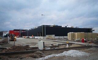 ФОТО И ВИДЕО: Одно из крупнейших производственных зданий в Ласнамяэ подвели под крышу
