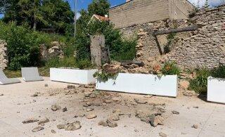 FOTOD | Rakveres varises puhkeplatsi kõrval asetsev sein kokku