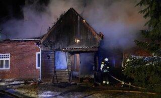 ФОТО | В Вильяндимаа сгорел большой жилой дом. Внутри найдено тело мужчины