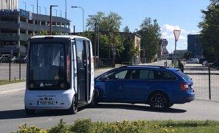 ФОТО: В Таллинне столкнулись беспилотный автобус и легковой автомобиль