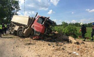 ФОТО: В тяжелом ДТП в Вильяндимаа погиб водитель грузовика