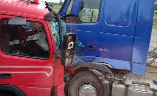 ФОТО | На шоссе Таллинн-Нарва лоб в лоб столкнулись два грузовика