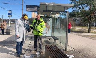 Весенняя уборка в Мустамяэ идет полным ходом: дезинфицируют скамейки и призывают автовладельцев поскорее сменить резину