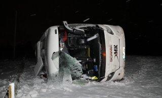 FOTOD | Narva-Tallinna liinibuss kaotas libeduse tõttu juhitavuse ja sõitis teelt välja, neli inimest sai vigastada