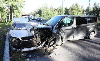 ФОТО: При жестком столкновении микроавтобуса и легковушки в Падизе пострадали четыре человека