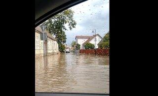 ВИДЕО: Курессааре опять затопило. На этот раз люди по улицам не плавают, а вот машины — да!