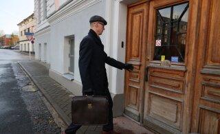 ФОТО | Начинается суд над обвиняемым в семейном насилии экс-министром. Прокурор: потерпевшая не признает себя потерпевшей