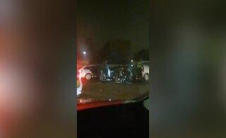 ВИДЕО | Посетители клуба не захотели уходить: их вывела спецполиция
