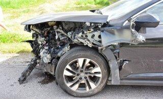 ФОТО: В Вильяндимаа водитель вылетел на встречку и врезался в барьерное ограждение
