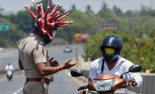 ФОТО | Полицейский вышел на улицы в экстравагантном шлеме в виде коронавируса
