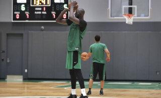 VIDEO | Lõbu laialt: NBA pikim mees õpib ujuma