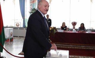 Согласно государственному экзитполу, Лукашенко набирает почти 80%. В Таллинне — у него 15%, в Москве — всего 6%,