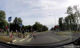 ВИДЕО: В Виймси машина чуть не сбила ребенка на велосипеде