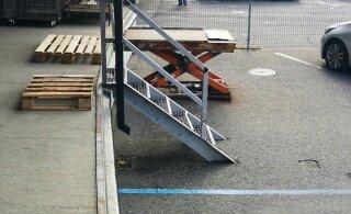 ВИДЕО | Курьер Omniva небрежно бросает коробки на землю. Как отреагировала почта?