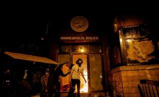 ФОТО и ВИДЕО | В США полицейский задушил чернокожего — начались беспорядки и поджоги. Миннеаполис горит, туда ввели войска