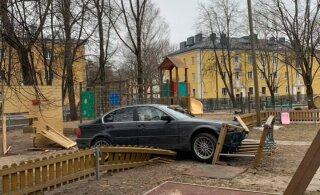 В Таллинне BMW протаранил ограждение детского сада и вылетел на площадку