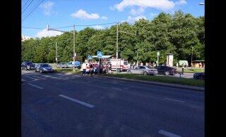 ФОТО И ВИДЕО | В Таллинне скутер сбил женщину на пешеходном переходе