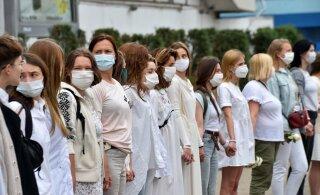 ВИДЕО и ФОТО | Белорусские женщины вышли на улицы с цветами, чтобы остановить насилие