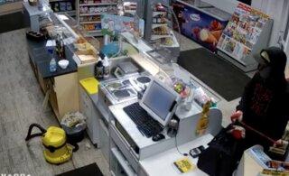 ВИДЕО | Последняя надежда на вас: помогите опознать грабителя автозаправки, который давно в розыске