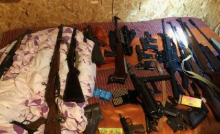 FOTO | Kohus võttis vahi alla naist ja väikelast relvaga sihtinud mehe, kelle kodust leiti suures koguses relvataolisi esemeid