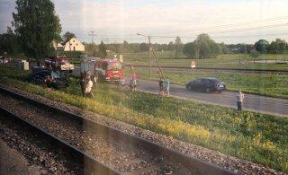 В Тамсалу поезд въехал в автомобиль