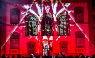 FOTOD | Valgusfestivali raames loodi Pärnus maja seintele imeline valgusmäng