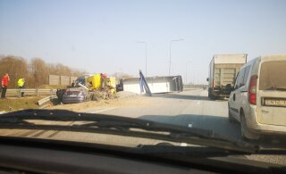ВИДЕО: На шоссе Таллинн-Тарту столкнулись грузовик и легковушка