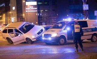 ФОТО и ВИДЕО | Вечером в центре Таллинна произошло ДТП, в ходе которой один автомобиль почти завалился на бок