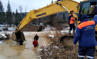 На месте прорыва дамб в Красноярском крае нашли сейф с золотом