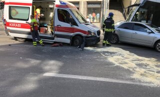 ФОТО | В центре Таллинна столкнулись автомобиль и машина скорой помощи, пострадали пять человек