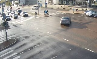 ВИДЕО | Элементарная ошибка водителя в центре Таллинна едва не стоила жизни нескольким людям