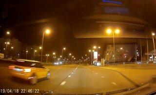 ФОТО и ВИДЕО: Mini Cooper ищет хозяина! В Ласнамяэ водитель сбил столб и бросил автомобиль