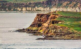 Мужчина бросил высокооплачиваемую работу и переехал на отдаленный остров, чтобы жить в 500-летнем доме