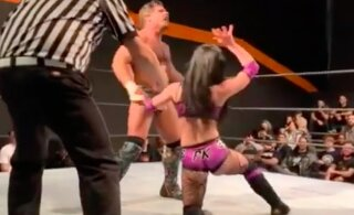 Ameerika wrestlingudaam oksendas oponendi suguelundi peale