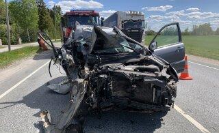 FOTOD | Tallinn-Tartu maanteel sõitis auto tagant otsa tee ääres seisnud veokile