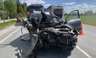 ФОТО | На шоссе Таллинн-Тарту легковушка врезалась в стоящий у обочины грузовик