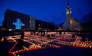 DROONIVIDEO ja FOTOD | Märtsiküüditamise 70. aastapäeval süüdati üle Eesti tuhandeid küünlaid ja Patarei vangla värvus punaseks