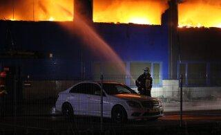 ФОТО и ВИДЕО: В Пеэтри открытым пламенем полыхал склад