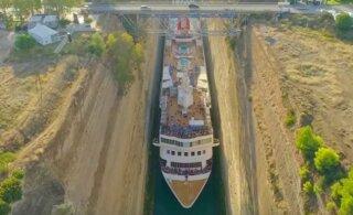 ВИДЕО | Невероятно: Огромный круизный лайнер втиснулся в узкий канал