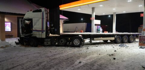 ФОТО | Водитель грузовика протаранил на заправке фургон, колонку и опору