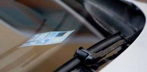 """""""Очевидец"""": водитель со справкой инвалида похитил контролера парковки"""