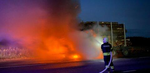 ФОТО: Перевозивший древесину грузовой автомобиль загорелся прямо посреди дороги