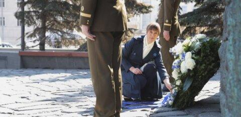"""ВИДЕО DELFI: """"Ни один язык не является угрозой"""". В Москве президент Эстонии возложила цветы к мемориалу """"Стена скорби"""""""