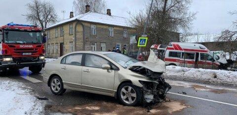 ФОТО И ВИДЕО | На Пярнуском шоссе столкнулись скорая и легковушка: пострадали четыре человека