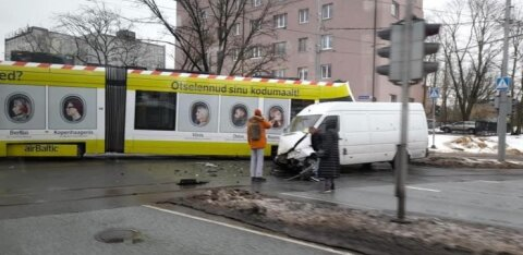 ДТП в Таллинне: неподалеку от Т1 фургон столкнулся с трамваем
