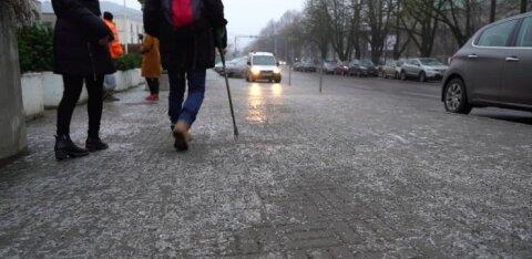 VIDEO | Vaata, kuis libedad olud sunnivad inimesi Tallinna tänavail ukerdama
